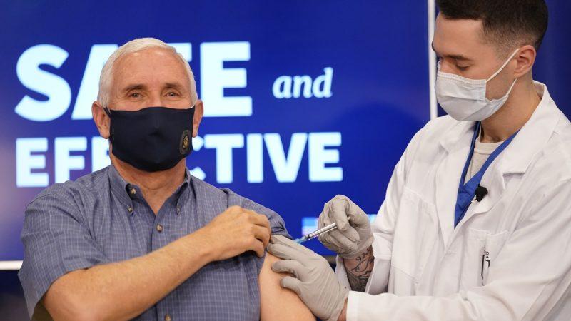 Mike Pence se pone en público la vacuna de la covid-19