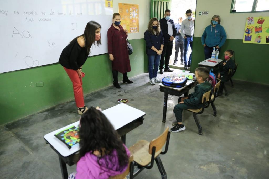 Ministra de Educación visitó instituciones educativas que iniciaron clases bajo el modelo de Alternancia en Antioquia
