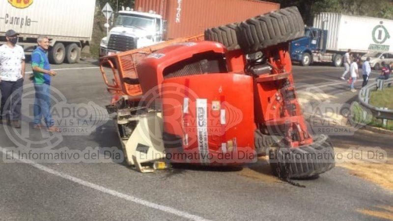 Camión remolque con vehículo se volcó sobre la vía Santa Bárbara – La Pintada