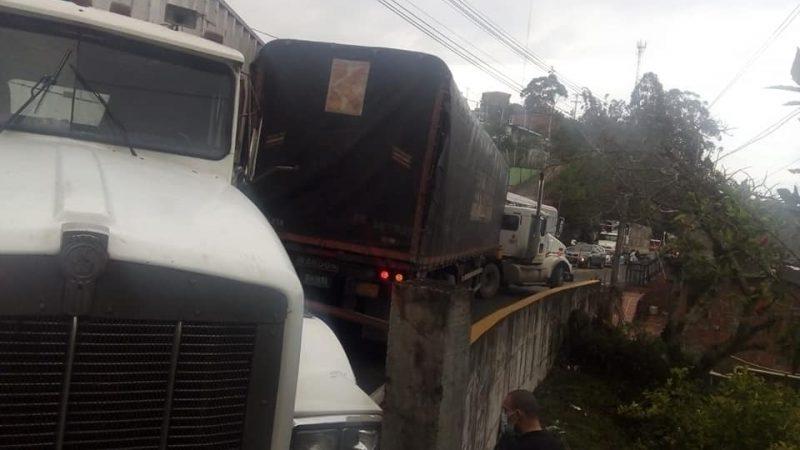 Severo riendazo de dos tractomulas en Santa Barbara Antioquia