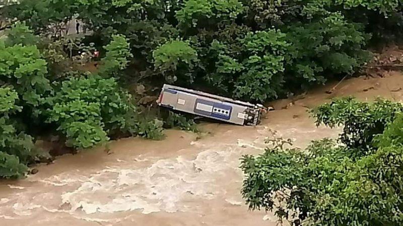 Un bus estuvo a punto de irse al rio Cauca en La Felisa – La Pintada