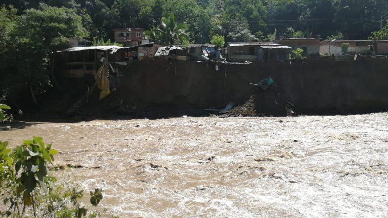 Creciente súbita en Montebello deja 36 viviendas afectadas y un desaparecido.