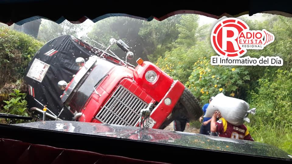 Debido a las lluvias y al estado de la vía Abejorral – Santa Barbara  se volcó un camión.