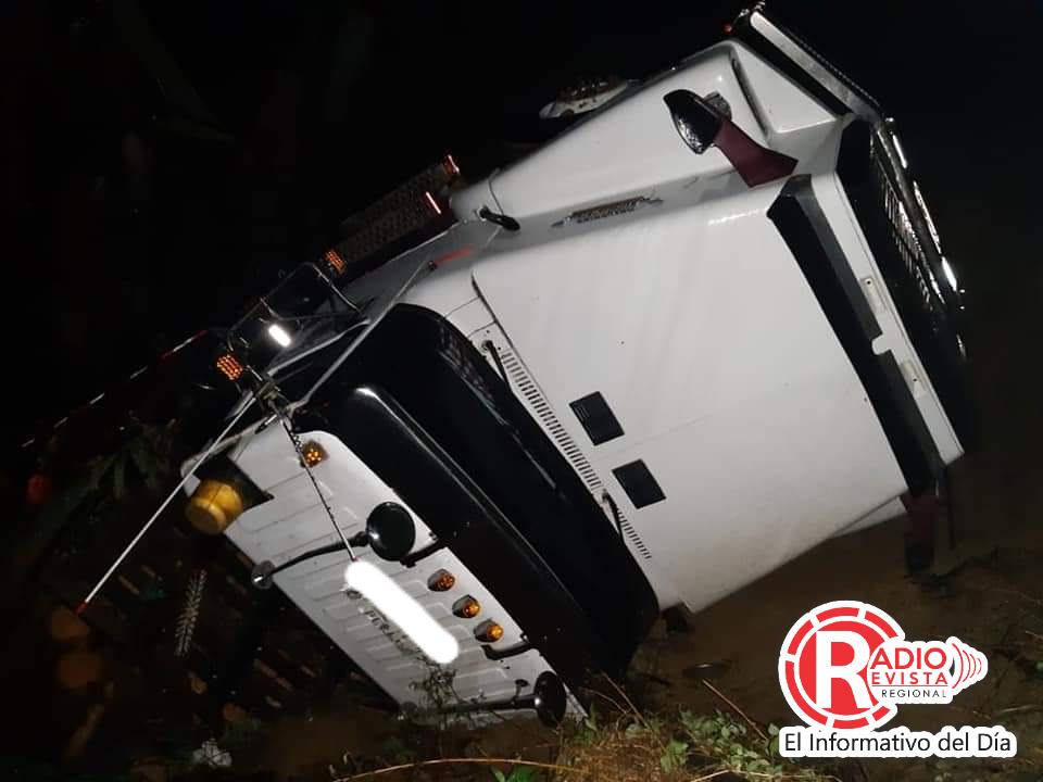 Camión cargado de madera se fue a un abismo en Santa Barbara Antioquia